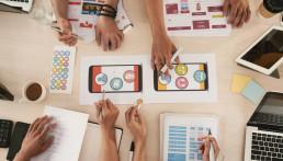 agencia de marketing online trabajando en un proyecto móvil